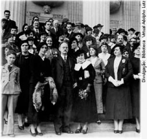 Dia da posse no mandato de Deputada Federal, 28 de julho de 1936. Escadarias  do Palácio Tiradentes, Rio de Janeiro. [Origem: www.feminismo.org.br]